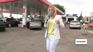 Vanessa Burggraf, envoyée spéciale à Abuja, devant une station-essence.