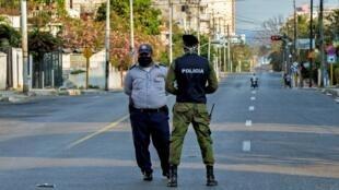 Archivo- Oficiales de policía vigilan la seguridad en el barrio El Carmelo, en La Habana, Cuba, el 4 de abril de 2020.