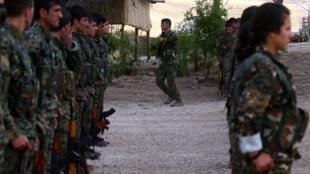 Des combattants du YPG et du YPJ lors d'un entraînement à Derik, en Syrie, le 1er juin 2017.