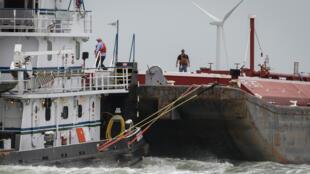 عمال على متن سفينة في قناة كوربوس كريستي في 11 آذار/مارس 2019