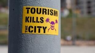 Un autocollant contre le tourisme, près du parc Güell dans le quartier de Vallcarca, à Barcelone, le 13mai2017.