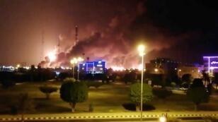دخان يتصاعد عقب هجوم صاروخي على مصنع أرامكو في بقيق، المملكة العربية السعودية، 14 سبتمبر/ أيلول 2019.