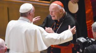 Le pape François et le cardinal américain Theodore McCarrick, encore en fonction à l'époque, à la cathédrale Saint-Matthieu de Washington, le 23 septembre 2015.
