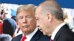 En esta foto de archivo, tomada el 11 de julio de 2018, el presidente estadounidense Donald Trump habla con el presidente turco Recep Tayyip Erdogan cuando llegan a la cumbre de la OTAN, en la sede de la OTAN en Bruselas, Bélgica..
