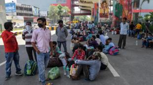 عمال وعائلاتهم بانتظار وسائل نقل تعيدهم إلى بلداتهم بعدما خففت الحكومة تدابير الإغلاق لمكافحة كوفيد-19 في غازي اباد بتاريخ 16 أيار/مايو 2020
