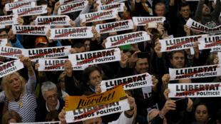 Les Catalans sont massivement descendus dans la rue pour demander la libération des dirigeants indépendantistes, le 11 novembre à Barcelone.