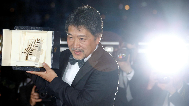 """El director Hirokazu Kore-eda, tras recibir la Palma de Oro 2018 por su película """"Shoplifters"""", en la ciudad de Cannes, Francia, el 19 de mayo de 2018."""