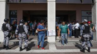 Miembros de las fuerzas navales de México hacen guardia frente a un centro de votación especial durante las elecciones generales en el estado de Veracruz, México, el 1 de julio de 2018.