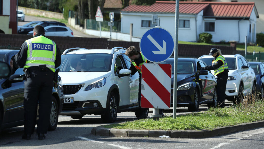 En la ciudad de Saarbrücken, la policía de Alemania revisa uno a uno los carros que quieren cruzar la frontera con Francia el 16 de marzo de 2020.