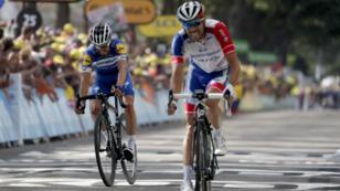 Los franceses Thibaut Pinot y Julian Alaphilippe cruzan la meta en la octava etapa del Tour de Francia, en Saint-Étienne, el 13 de julio de 2019.