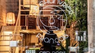 """Une vitrine de magasin CBD (cannabidiol) """"Le Chanvrier Francais"""", à Paris, le 2février2021."""