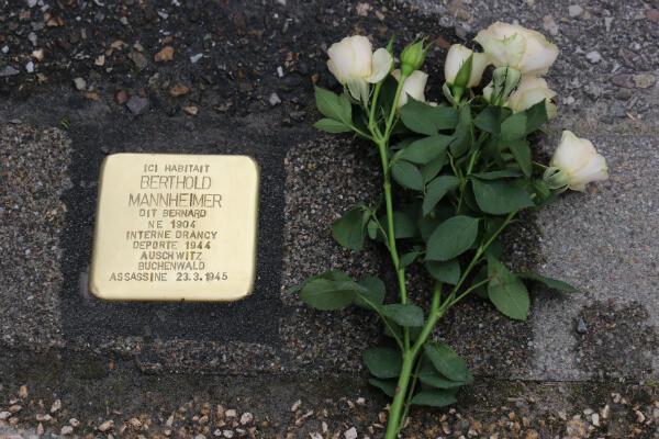 Un pavé apposé en hommage à Berthold Mannheimer, déporté à Auschwitz