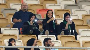 سعوديات يشجعن فريقهن المفضل في ملعب لكرة القدم لأول مرة في 12 يناير 2018