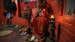 """- """"الالهة الحية"""" دانا كوماري تجلس في ركنها في كاتماندو"""
