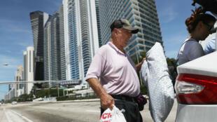 Des habitants de Miami Beach, en Floride, évacuent la ville à l'approche de l'ouragan Irma, le 8 septembre 2017.
