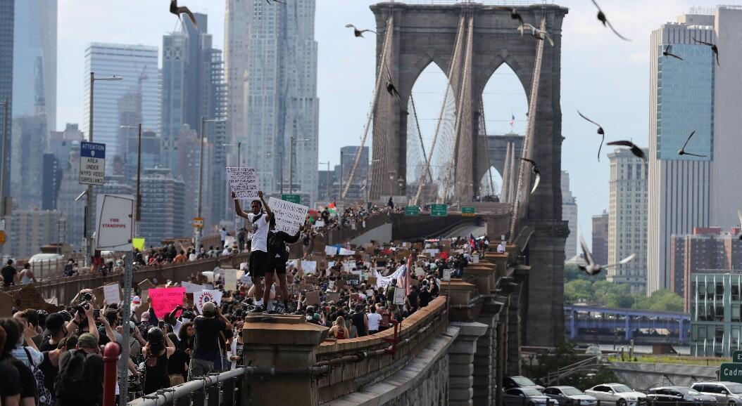 Decenas de manifestantes marchan a través del puente de Brooklyn en protesta por la muerte, bajo custodia policial, del ciudadano afroamericano George Floyd. En Brooklyn, Nueva York, EE. UU., el 4 de junio de 2020.