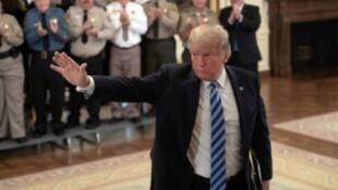 ترامب خلال اجتماعه بمسؤولي أمن محليين في البيت الأبيض، في 5 أيلول/سبتمبر 2018