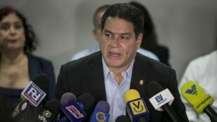El diputado Luis Florido, negociador opositor en el proceso de diálogo con el Gobierno del presidente Nicolás Maduro, durante una rueda de prensa que se llevó a cabo en Caracas el 9 de noviembre.