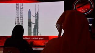 """Un pantalla que transmite el lanzamiento de la sonda """"espacial emiratí """"Al Amal"""" (esperanza), al planeta Marte, en el Centro Espacial Mohammed Bin Rashid en Dubái, el 19 de julio de 2020"""