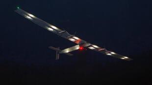 L'avion Solar Impulse 2 décolle de l'aéroport JFK de New York, lundi 20 juin 2016.