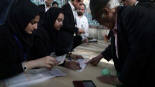 ناخبون في مركز اقتراع في طهران الجمعة 19 أيار/مايو 2017