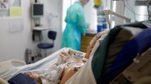 Un patient souffrant du Covid-19 est pris en charge dans le service de réanimation de l'hôpital de Vannes, le 6 mai 2020.