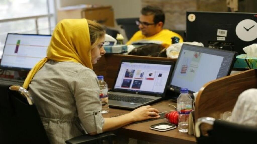 موظفي موقع للتجارة الإلكترونية في مكاتبه في العاصمة الإيرانية طهران 9 تموز/يوليو 2017