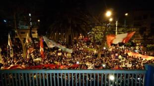 Los fiscales Vela y Pérez declararon a los medios de comunicación, en la Procuraduria ad hoc Lava Jato, que apelarian la decisión del fiscal de la Nación Pedro Chávarry. Mientras, a las afueras de la institución, las voces de los ciudadanos se hacían escuchar, en respaldo a los fiscales, el pasado 1 de enero.