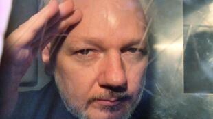 Julian Assange à la fenêtre du fourgon qui le conduit en prison, le 1er mai 2019.