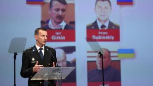 Wilbert Paulissen, un des enquêteurs internationaux sur le crash du vol MH17 en juillet 2014, présente des éléments d'enquête, lors d'une conférence de presse à Nieuwegein, aux Pays-Bas, le 19 juin 2019.