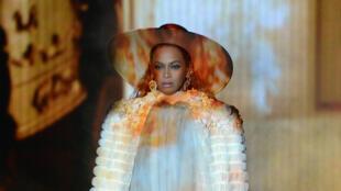 """Beyoncé rend hommage au mouvement """"Black Lives Matter"""" sur la scène des MTV VMA 2016."""