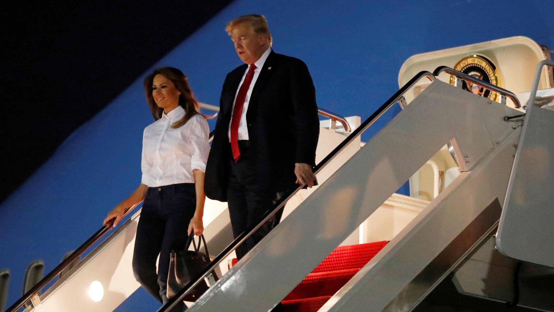 El presidente Donald Trump y la primera dama Melania Trump llegan desde Helsinki a la base de Joint Andrews, Maryland, el 16 de julio de 2018.