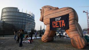 Activistas anti-CETA exhiben un globo de caballo de Troya frente al Parlamento Europeo en Estrasburgo el 15 de febrero de 2017.