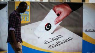 Dans une rue de Tripoli, une affiche de la Haute Commission électorale libyenne, cible d'un attentat-suicide le 2 mai 2018.