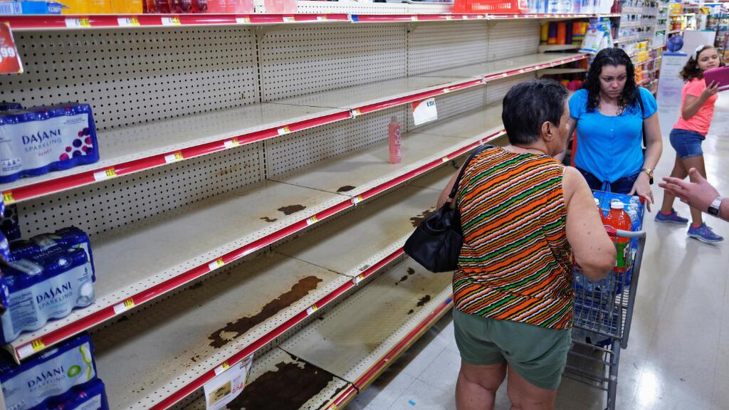 A medida que la tormenta tropical Dorian se acerca de Puerto Rico, los estantes de supermercado donde normalmente se exhibe el agua embotellada se vacían.