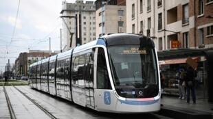 Nouveau tramway sur la ligne T9 géré par Keolis à la porte de Choisy, le 10 avril 2021