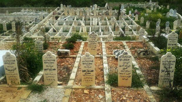 En este cementerio para refugiados sirios ubicado en la población de Chehim se agotó el espacio para la sepultura de cuerpos.