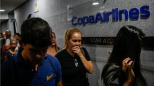Un grupo de usuarios en fila para solicitar el reembolso del valor de sus tiquetes en una sede de Copa Airlines el 6 de abril de 2018 en Caracas, Venezuela.