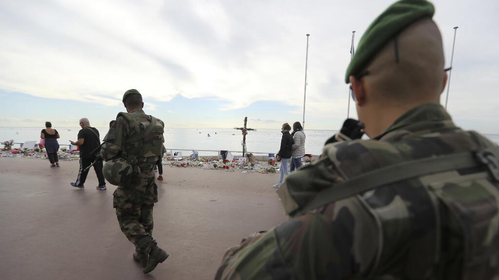 Des militaires sur la promenade des Anglais à Nice où a eu lieu l'attentat, le 14 juillet 2016.