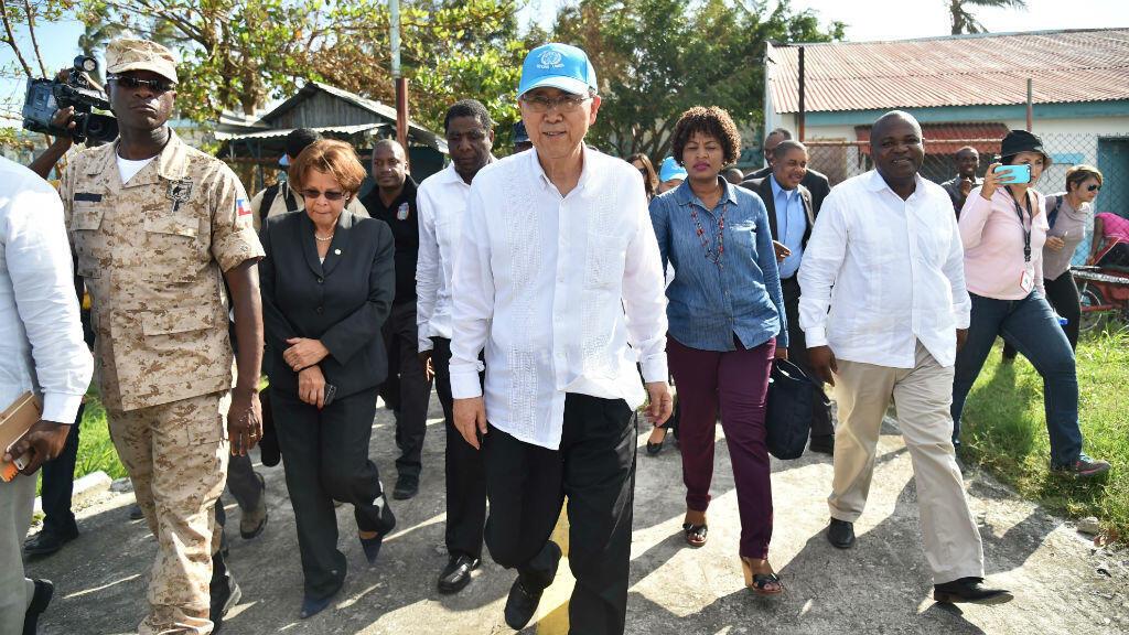 Ban Ki-moon, en déplacement en Haïti, exhorte la communauté internationale à financer l'aide humanitaire pour le pays.