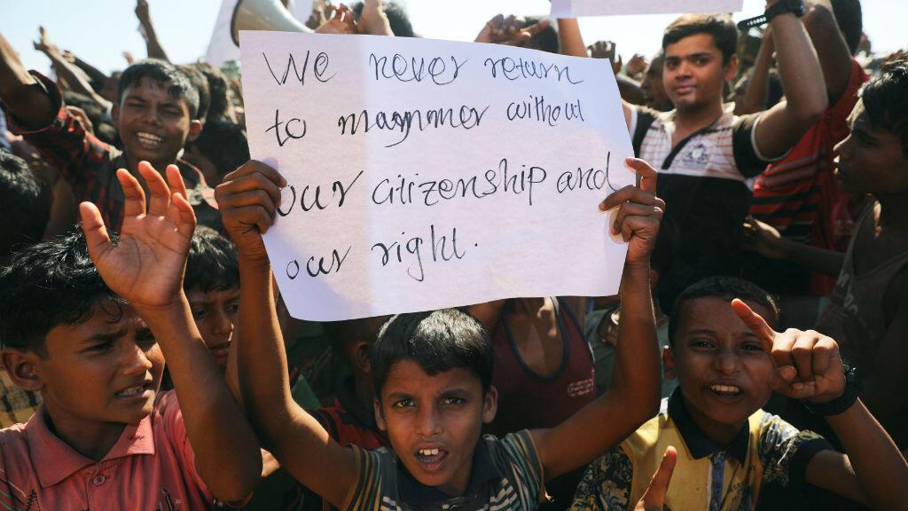 Un niño sostiene un cartel mientras cientos de refugiados rohingya protestan contra su repatriación en el campamento Unchiprang en Teknaf, Bangladesh, el 15 de noviembre de 2018.