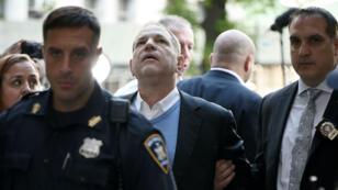 المنتج السينمائي هارفي واينستين يسلم نفسه إلى شرطة مانهاتن الجمعة 25 أيار/مايو 2018.