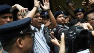 Le journaliste birman Kyaw Soe Oo (c), escorté par des policiers après sa condamnation à sept ans de prison, le 3 septembre 2018 à Rangoun