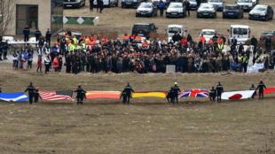 Les familles des victimes se sont recueillies au Vernet, dans les Alpes français, le 26 mars 2015, deux jours après le crash Germanwings.