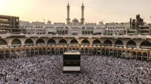 """Miles de peregrinos musulmanes rodean la Kaaba y rezan en la mezquita Masjid al-Haram antes de la peregrinación anual del """"hach"""" en la ciudad de La Meca, Arabia Saudita, el 16 de agosto de 2018."""