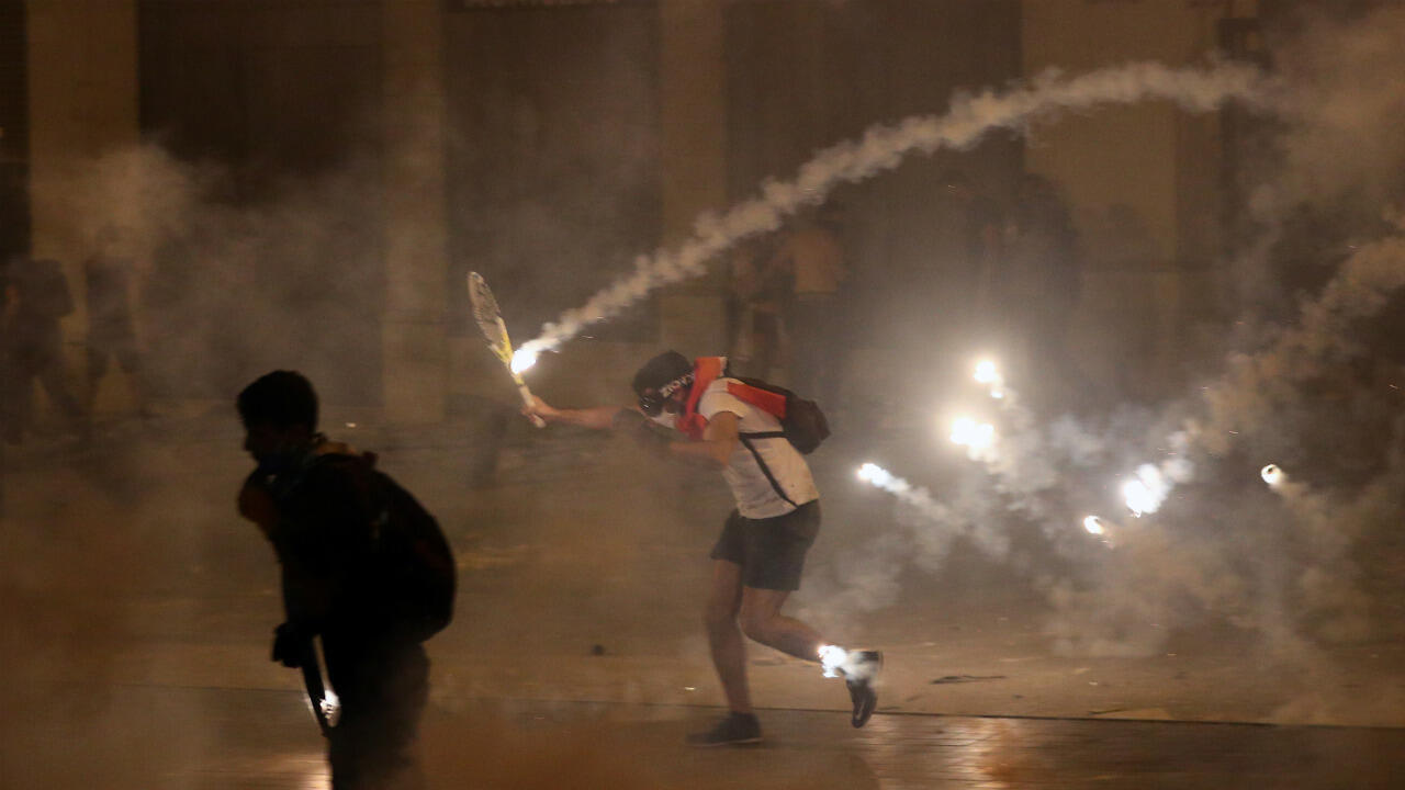 Manifestantes corren durante una protesta antigubernamental tras la explosión en Beirut, Líbano, el 9 de agosto de 2020.