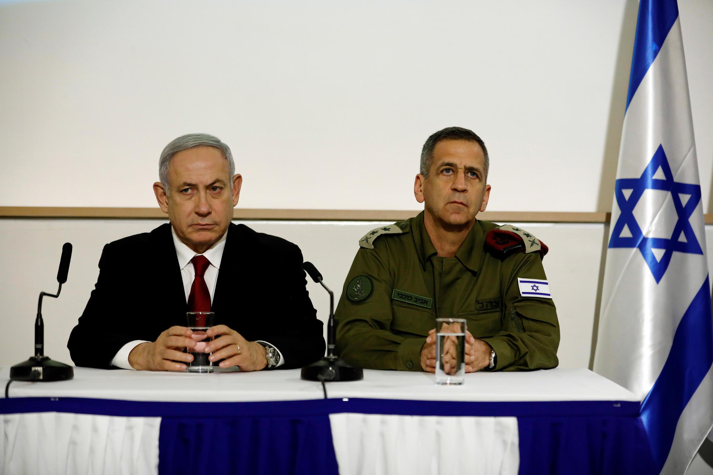 El primer ministro de Israel, Benjamin Netanyahu, y el jefe de gabinete de Israel, Aviv Kochavi, se sientan juntos mientras hacen declaraciones conjuntas en Tel Aviv, Israel, 12 de noviembre de 2019.