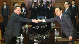 Le ministre sud-coréen de l'Unification, Cho Myoung-gyon, et son homologue Ri Son-gwon, lors d'une réunion dans le village frontalier de Panmunjom, le 29 mars 2018.