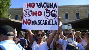 """A woman protests """"No vaccine, no 5G, no face mask"""" in Spain"""