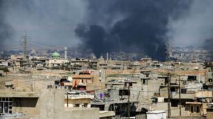 الجانب الغربي لمدينة الموصل تحت القصف، في 24 آذار/مارس.